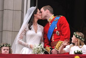 Wills & Kate kissing on the balcony