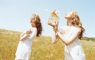 Marc Jacobs Daisy, girls in field